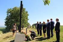 Na oběti masakru na Švédských šancích se v sobotu vzpomínalo na dvou místech - na městském hřbitově v Přerově a přímo v místech, kde došlo k hromadné popravě 267 karpatských Němců a dnes je zde pietní místo s kovaným křížem.