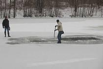 Rybáři prořezávají otvory do ledu na přerovské Malé Laguně