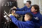 Žáci doplňují sortiment automatu na školní potřeby.
