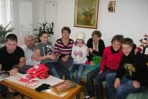Květa Kohoutková (uprostřed) s rodinou