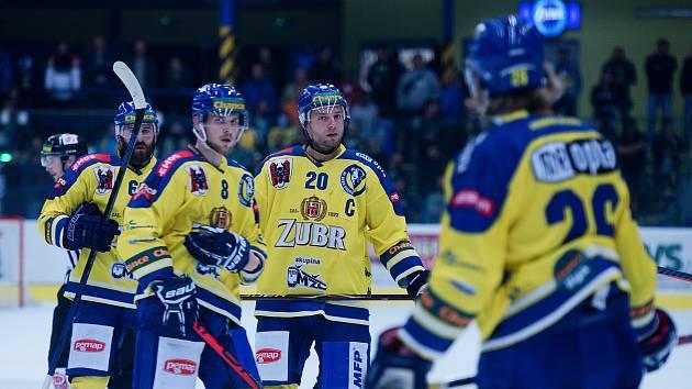 Hokejisté Přerova (ve žlutém) nastačilil na jihlavskou Duklu.