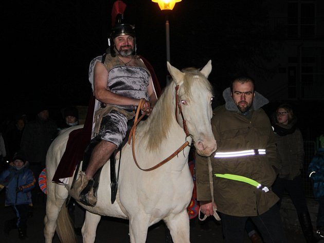 Martin na bílém koni přivezl v sobotu do Kokor sníh, v průvodu šly i děti s lampióny.