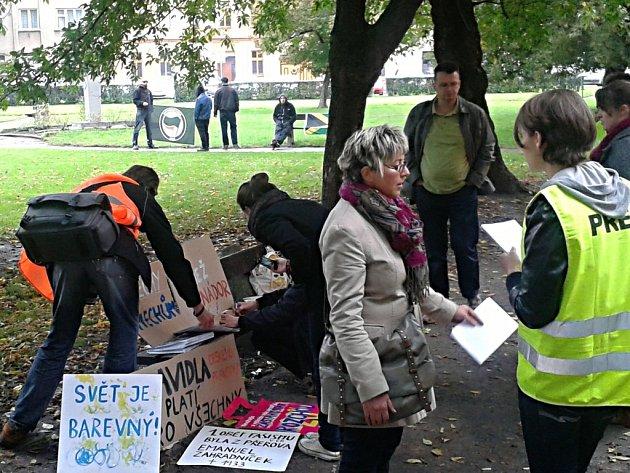 Shromáždění iniciativy Blokujeme na náměstí Františka Rasche je po 14. hodině poklidné.