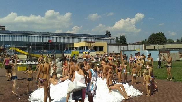 Hromadu sněhu navezli na bazén v Přerově i v srpnu 2012