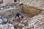 Bádání během rekonstrukce renesančního paláce na Helfštýně. Dočišťování úrovně podlahy místnosti po odstranění stavební suti.