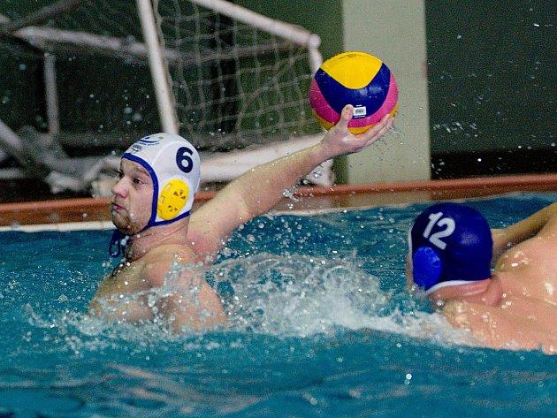 Vodní pólisté Přerova (v bílých čepičkách) proti AJ Strakonice (14:11). Foto: Deník/Jan Pořízek