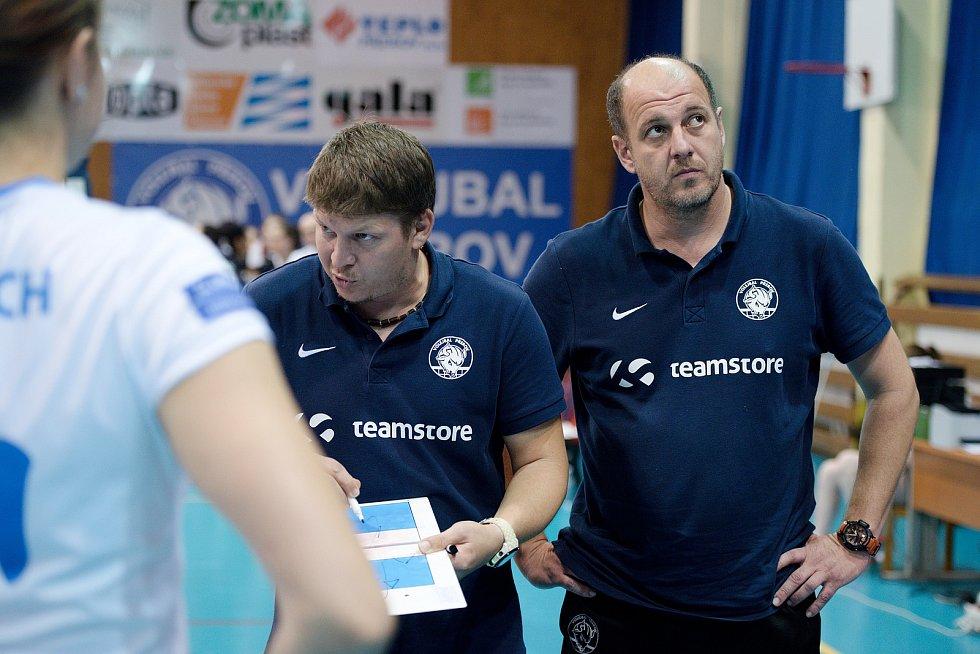 Volejbalistky Přerova (v bílém) proti Šternberku. Radim Vlček a Michal Derych