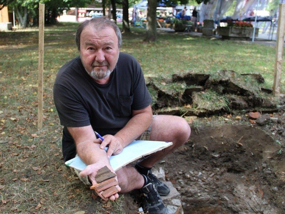 Badatel Jan Mikulík při výzkumu, který prováděli archeologové poblíž přerovského Prioru.