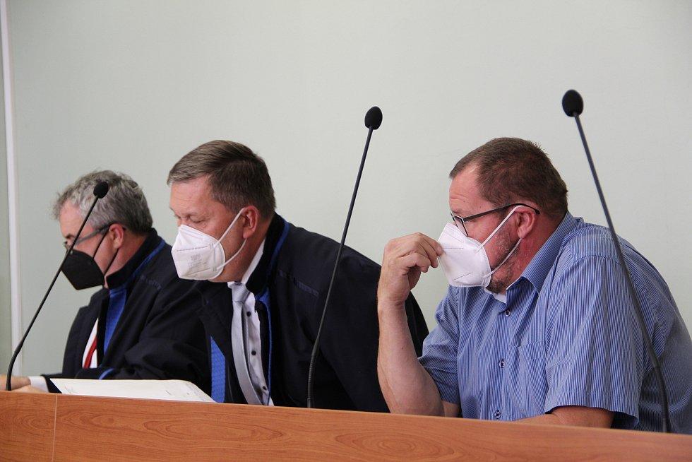 Okresní soud v Přerově se znovu zabýval kauzou bývalého radního Marka Dostála. Ten čelí obžalobě ze sexuálního nátlaku. 14. září 2021
