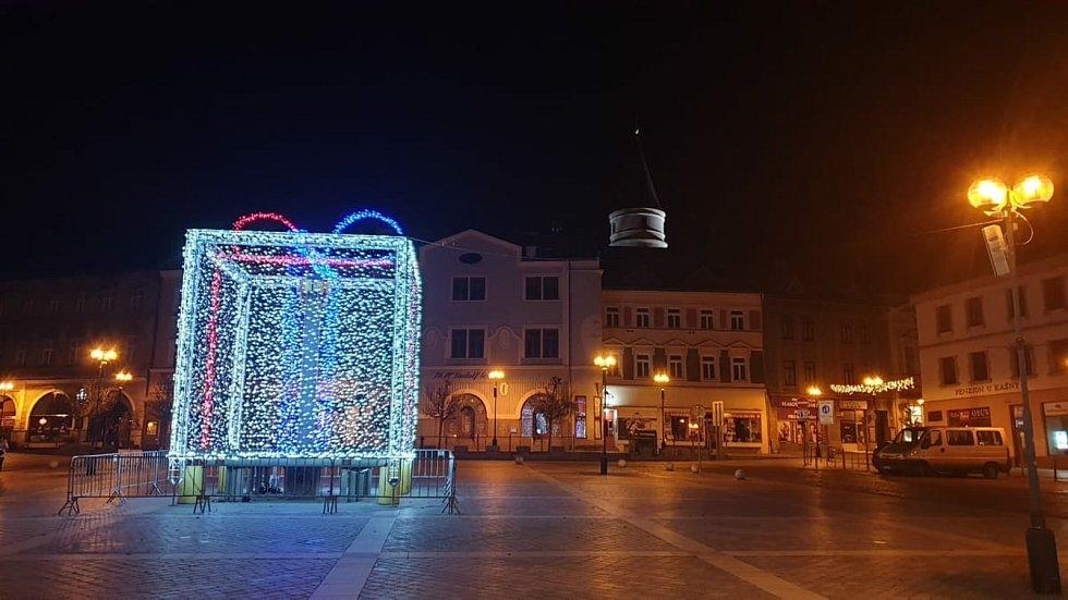 Vánoční strom se v Přerově rozzářil první adventní neděli v nezvyklou dobu - v šest hodin ráno. Nazdobena do světel je i kašna, která připomíná vánoční dárek se stuhou.