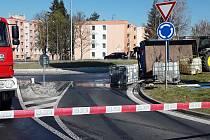 Nehoda u přerovského Kauflandu v Želatovské ulici. Na silnici se převrátila vlečka traktoru, která převážela v barelech hnojivo