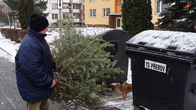 JE PO VÁNOCÍCH. U kontejnerů v Přerově se začínají objevovat vyhozené vánoční stromky. Technické služby je odvážejí v první polovině ledna každý den. Borovice, jedle i smrčky čeká štěpkování nebo pálení.