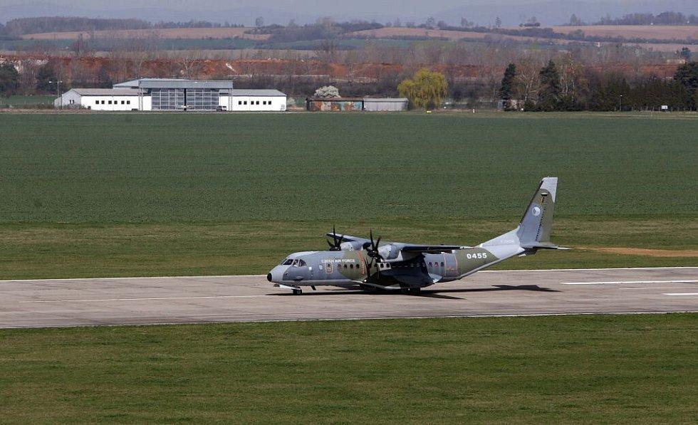 Ministr obrany Martin Stropnický na letišti v Bochoři