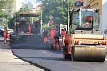 Pokládání asfaltu v Palackého ulici v Přerově