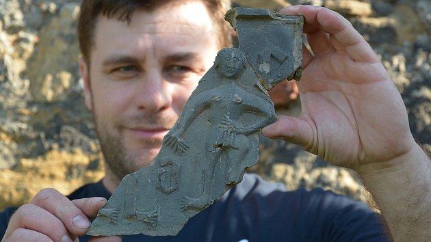Bádání archeologů na hradě Helfštýně přineslo zajímavé objevy. K vzácným exponátům, které zde byly nalezeny, patří i kachle se starozákonním motivem Evy - Adam na kachli chybí. Kachle pochází z období největšího rozmachu Helfštýna.