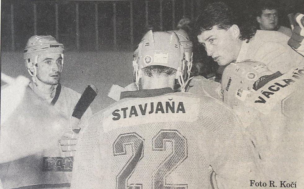 Miloš Říha (vpravo) udává pokyny svým svěřencům.