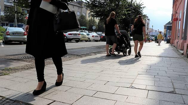 Uvolněnou dlažbu na Žerotínově náměstí v Přerově, která pro chodce znamená nepříjemnosti, konečně spraví.