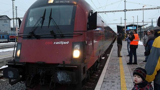 Moderní vlaková souprava rakouských drah – RAILJET – na přerovském nádraží