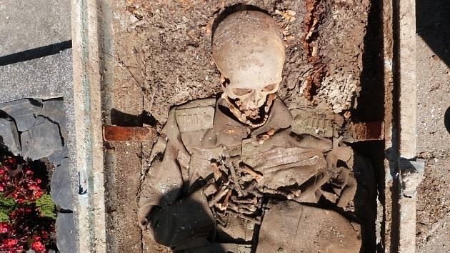 Na neznámou hrobku narazili při stavbě chodníků na hřbitově v Troubkách dělníci. Pozdějším pátráním se podařilo zjistit, že v ní byl pochován pravděpodobně kapitán Československých legií Alois Tesař, jenž sloužil v Rusku.