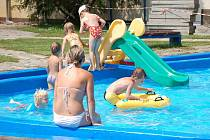 Na bazéně v Přerově je i v tropických vedrech poloprázdno. Lidem totiž vadí hlučné chování nepřizpůsobivých obyvatel města. Provozovatel se rozhodl zakázat návštěvníkům, kteří chod koupaiště narušují, vstup do areálu