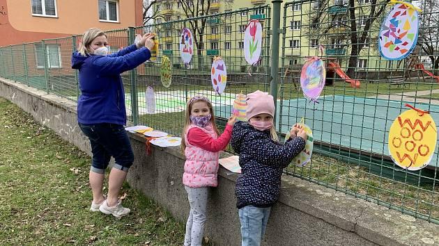 Děti z Mateřské školky Jasínkova v Přerově do školky nemůžou, a tak si ji aspoň velikonočně vyzdobily.