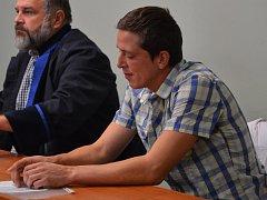 Okresní soud v Přerově začal rozplétat tragický případ úmrtí malého chlapce, kterého loni v prosinci v bytě v Předmostí smrtelně zranil pes. Na snímku obžalovaný majitel psa a přítel tety zemřelého dítěte Lukáš Černošek
