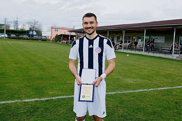 Lukáš Dlouhý přebírá ocenění za nejhezčí gól jarní části krajského přeboru.
