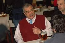 Karel Schwarzenberg v legendární hospůdce U Olinka ve Lhotce u Přerova