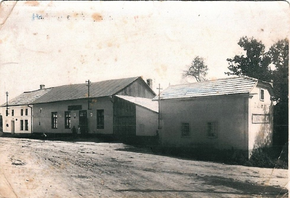 Pohled na vinarskou hospodu a hasičskou zbrojnici – rok 1925. Hasičská zbrojnice byla v roce 1954 srovnána se zemí v důsledku autobusové dopravy. Cihly byly použity na výstavbu nové hasičské zbrojnice a kulturního domu.