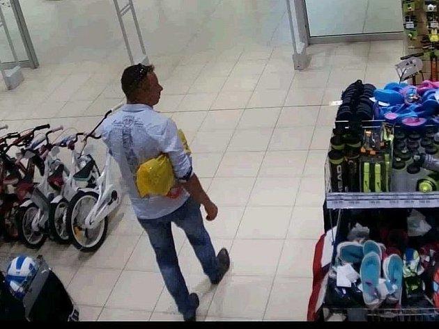 Neznámý pachatel se pokusil z prodejny sportovních potřeb v Obchodním centru Galerie Přerov odcizit dva kusy pánských kalhot, teď ho hledá policie