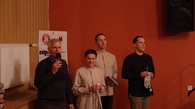 Trojice herců Slováckého divadla představila prostřednictvím scénického čtení méně známý příběh Josefa Hlouška od autora Karla Čapka