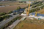 """Modernizace Dluhonické spojky na železniční trati u Přerova. Na most """"rámusák""""  dorazil největší jeřáb v ČR. 24. září 2020"""