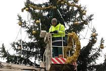 Zdobení vánočního stromu v Přerově. Ilustrační foto