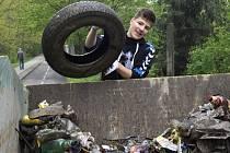 Okolí řeky Bečvy a lagun je plné odpadků. Žáci je na podporu ekologie uklízeli