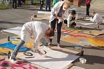 V Hustopečích nad Bečvou se v sobotu vyřádila se spreji dvacítka dětí. Výtvarné dílny Život s graffiti pro ně uspořádala místní základní škola.