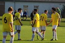 Hráči Horní Moštěnice (ve žlutém) v utkání okresního přeboru.