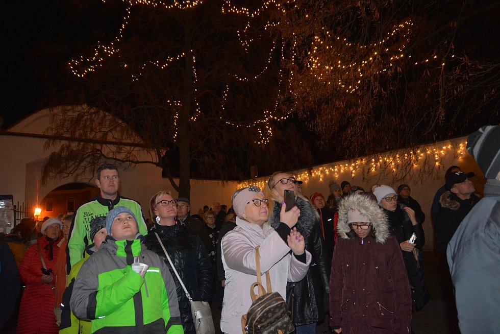 Sváteční atmosféru první adventní neděle si užili lidé, kteří dorazili na Horní náměstí v Přerově. Mohli se podívat na slavnostně nasvícený vyřezávaný betlém u galerie nebo si prohlédnout novou výstavu.