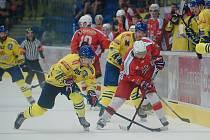 Hokejisté Přerova (ve žlutém) v přípravě proti Porubě.
