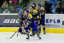 Hokejisté Přerova (v modrém) proti Ústí nad Labem (3:1). Jan Václavek po svém prvním seniorském gólu.