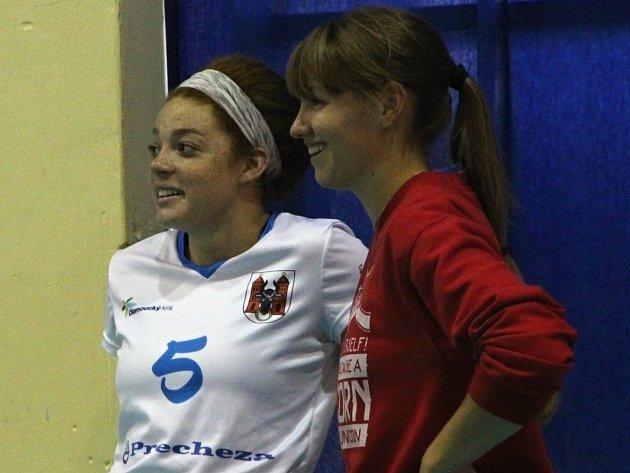 Volejbalistky Přerova (v bílém) v přípravě proti VK Dukla Liberec. Američanky v přerovském dresu. Vlevo Arianna Personová, vedle Megan Vander Meerová