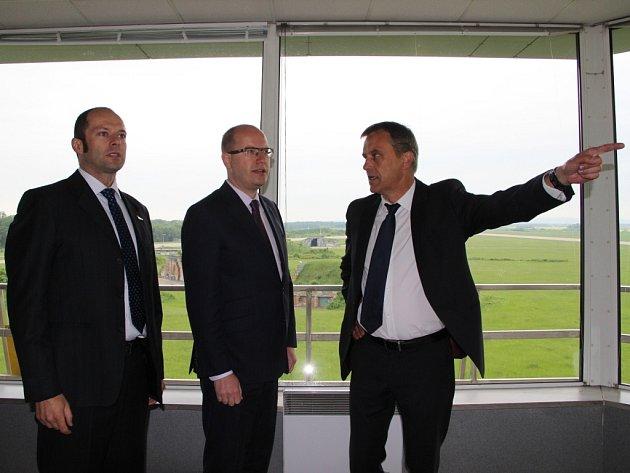 Řídící věž bochořského letiště, se kterým se vbudoucnu počítá jako sprůmyslovou zónou, si prohlédl ve čtvrtek ráno český premiér Bohuslav Sobotka (ČSSD).