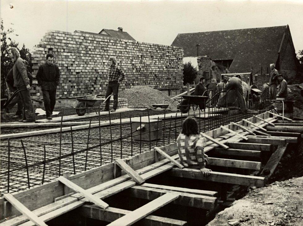 S výstavbou školky v Rokytnici se začalo někdy v sedmdesátých letech. Mateřská škola v obci funguje i v dnešní době.