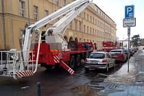 Přerovští hasiči odstraňovali namrzlé převisy z budovy magistrátu ve Smetanově ulici.
