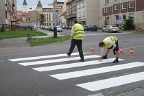 """V Palackého ulici v Přerově přibyly """"staronové"""" přechody pro chodce - po rozšíření silnice zmizely, teď se zase vrací."""