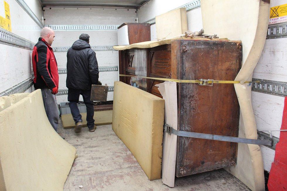 Do nového depozitáře se v pátek dopoledne stěhoval z Muzea Komenského i orchestrion.