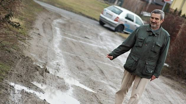 Zabahněná cesta v ulici Zahrádky v Újezdci