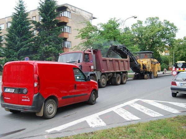 Uzavírka Dvořákovy ulice vPřerově. . Někteří řidiči ji ignorují