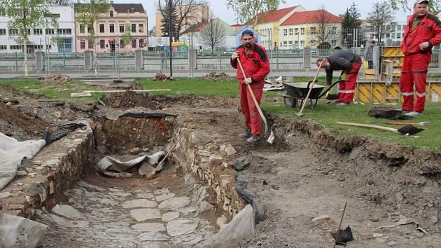 Stavebníci v lokalitě Na Marku odkryli renesanční uličku z kamenného štětu, která je jedním z nejvzácnějších archeologických objevů, učiněných před čtyřmi lety. V místech nyní vzniká nová venkovní expozice.