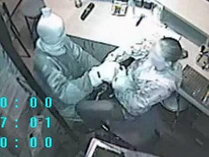 Loupež v baru - záběry z bezpečnostní kamery