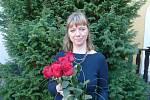 Staniční sestra Lenka Šimáčková s kyticí růží, kterou dostala od příbuzných muže, o něhož se starala v posledních chvílích života.